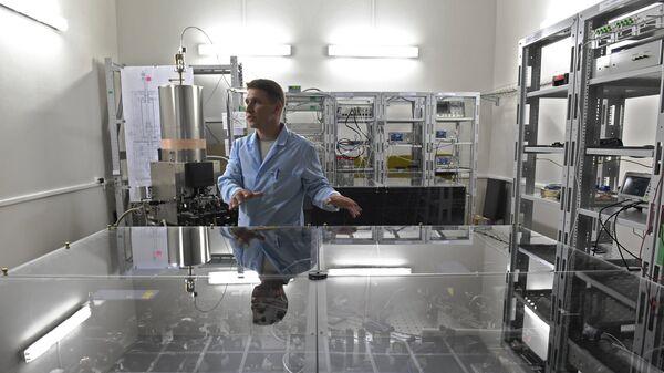 Сотрудник института у приборов для измерения времени с рубидиевым стандартом частоты