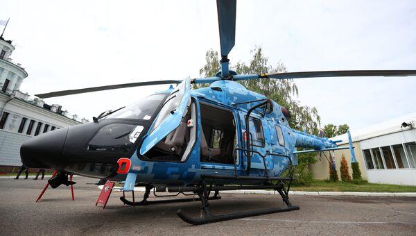 Медицинский вертолет Ансат Казанского вертолетного завода, представленный на 9-й Международной специализированной выставке в Казани. 9 августа 2018