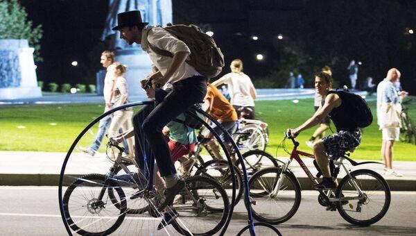 Участники ночного велопарада в Москве. Архивное фото