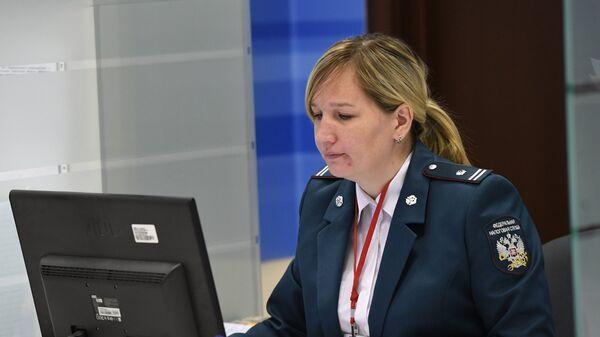 Сотрудница инспекции Федеральной налоговой службы РФ в день открытых дверей в Москве