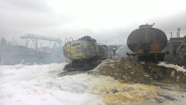 Сотрудники МЧС во время ликвидации последствий возгорания бензовоза в Кировском округе города Омска. 10 августа 2018