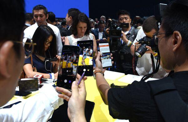 Журналисты смотрят новый телефон Galaxy Note 9 на презентации Galaxy Unpacked в Нью-Йорке