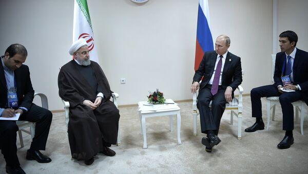 Владимир Путин и президент Ирана Хасан Роухани во время встречи в рамках саммита глав государств-участников V Каспийского саммита в Актау. 12 августа 2018
