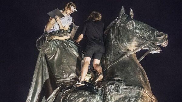 Молодые люди во время установки мангала на скульптуру Медного всадника в Санкт-Петербурге. 5 августа 2018