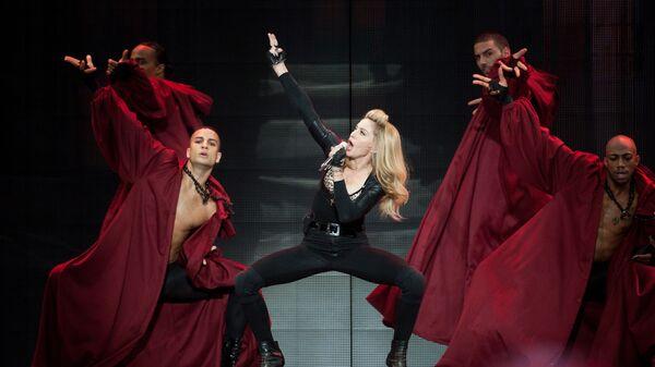 Американская певица Мадонна во время своего концерта в Амстердаме. 7 июля 2012 года