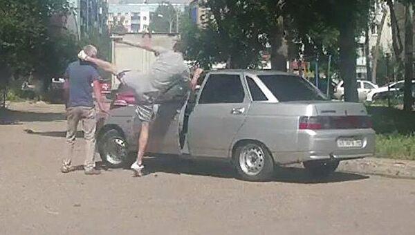 Кадр из видео, на котором автомобилист избил пешехода в Стерлитамаке