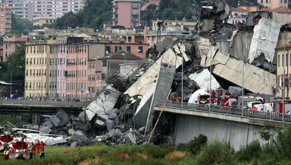 На месте обрушения автомобильного моста в Генуе, Италия. 14 августа 2018
