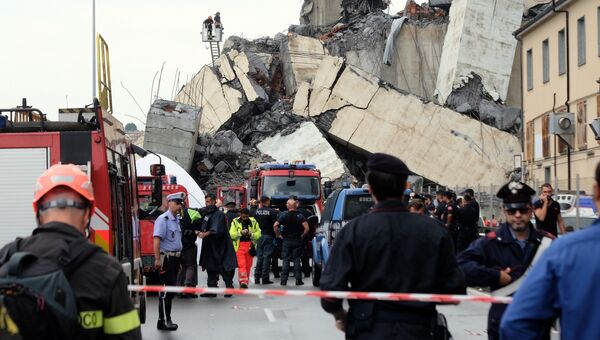 На месте обрушения автомобильного моста в Генуе, Италия