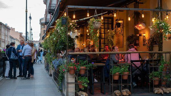 Летняя терраса ресторана на улице Рубинштейна, Санкт-Петербург