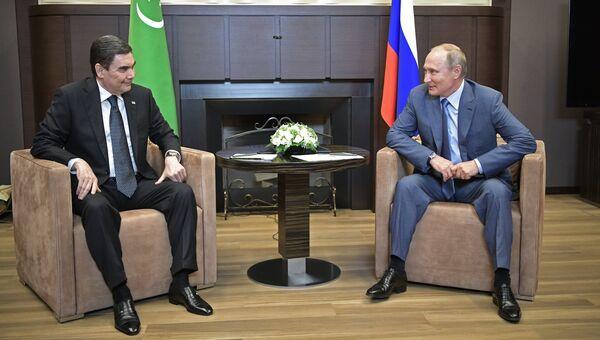 Президент РФ Владимир Путин и президент Туркменистана Гурбангулы Бердымухамедов во время встречи в Сочи. 15 августа 2018