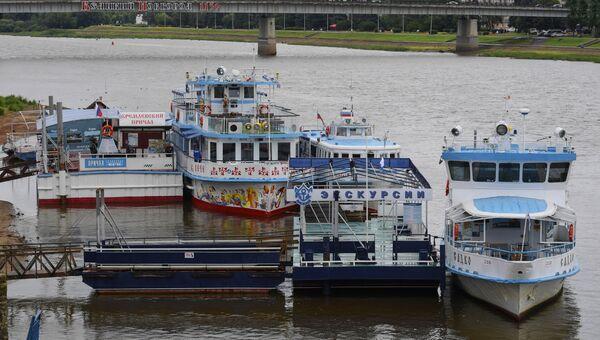 Туристические корабли на реке Волхов в Великом Новгороде. Архивное фото