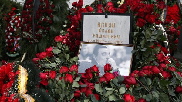 Траурные венки у могилы криминального авторитета Аслана Усояна на Хованском кладбище