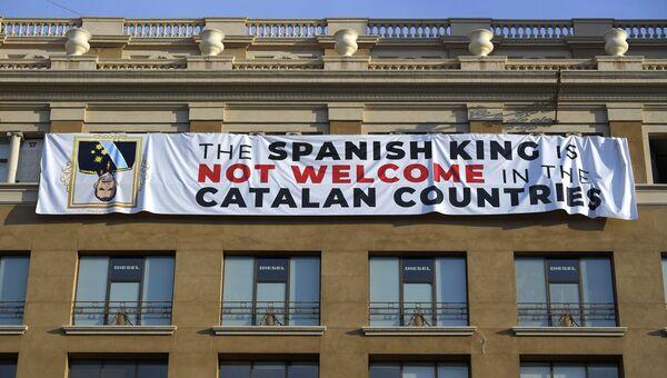 Плакат, направленный против главы государства Фелипе VI, на площади Каталонии в Барселоне. 17 августа 2018