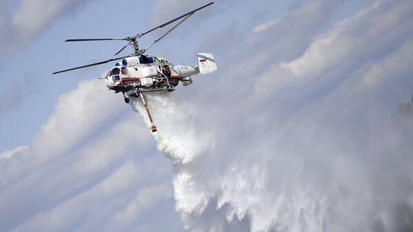 Пожарно-спасательный вертолет Ка-32А на показательном тушении пожара