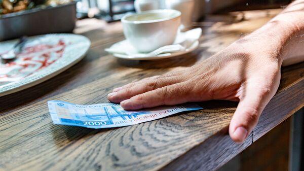 Оплата счета в кафе. Архивное фото