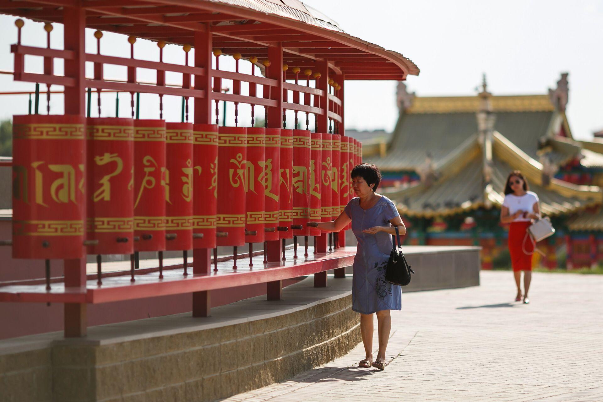 Молитвенные барабаны кюрде, расположенные вокруг Центрального хурула (буддийского храма) Золотая обитель Будды Шакьямуни в городе Элисте - ПРОФИ Новости, 1920, 20.09.2020