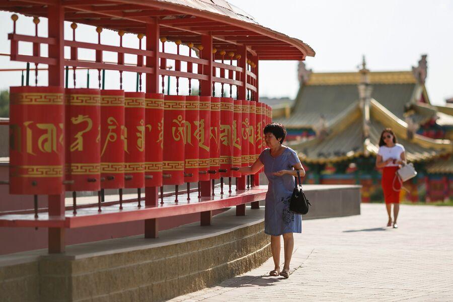 Молитвенные барабаны кюрде, расположенные вокруг Центрального хурула (буддийского храма) Золотая обитель Будды Шакьямуни в городе Элисте