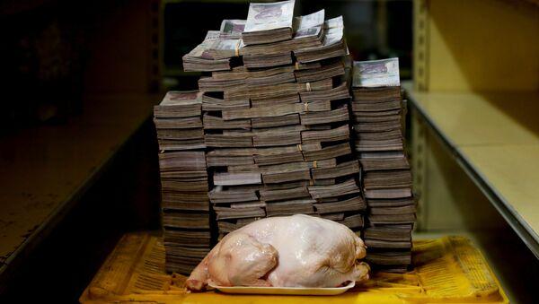 14 600 000 венесуэльских боливаров, которые равны 2,22 долларам в сравнении с 2,4-колограммовой куриной тушкой