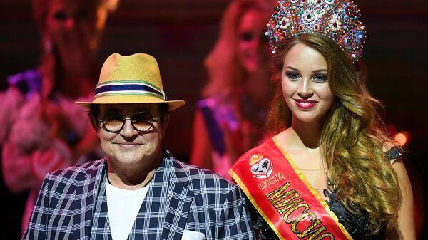 Телеведущий Дмитрий Дибров с супругой Полиной во время финала всероссийского конкурса Миссис Россия-2018 в театрально-концертном зале Планета КВН в Москве.