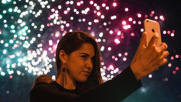Девушка на международном фестивале фейерверков Ростех в Братеевском каскадном парке в Москве. Архивное фото