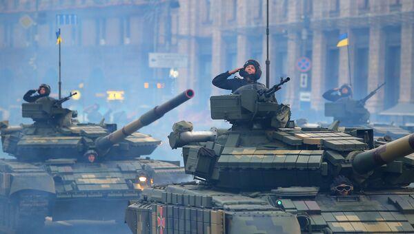 Танки Т-72 на репетиции военного парада в честь 27-ой годовщины Независимости Украины в центре Киева. Архивное фото