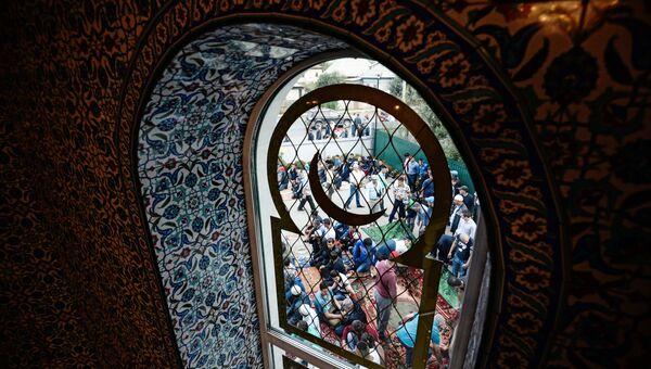 Верующие в праздник Курбан-Байрам у Соборной мечети Барнаула