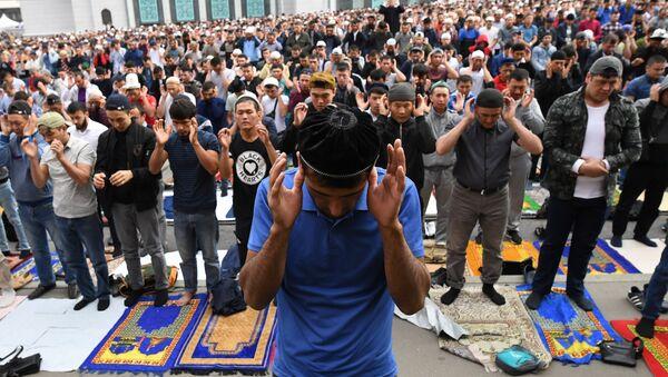 Верующие на богослужении в честь праздника Курбан-Байрам у Московской соборной мечети