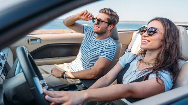 Девушка с мужчиной в автомобиле