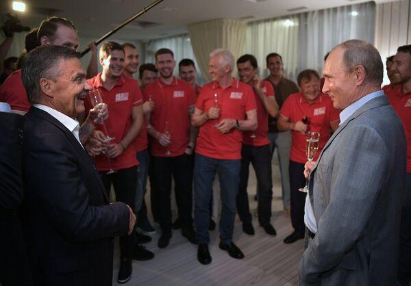 Президент РФ Владимир Путин общается с участниками благотворительного хоккейного матча Друзья России и Финляндии перед началом международного турнира по боевому самбо «Плотформа S-70»