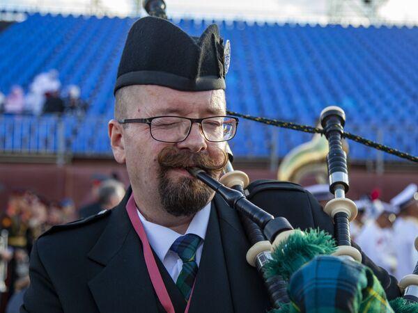 Волынщик Международного оркестра кельтских волынок и барабанов