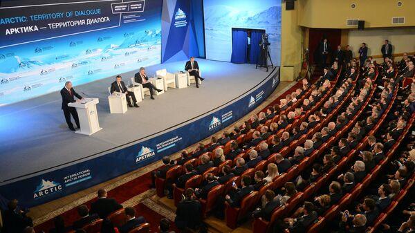 Президент РФ Владимир Путин выступает на Международном арктическом форуме Арктика - территория диалога в Архангельске
