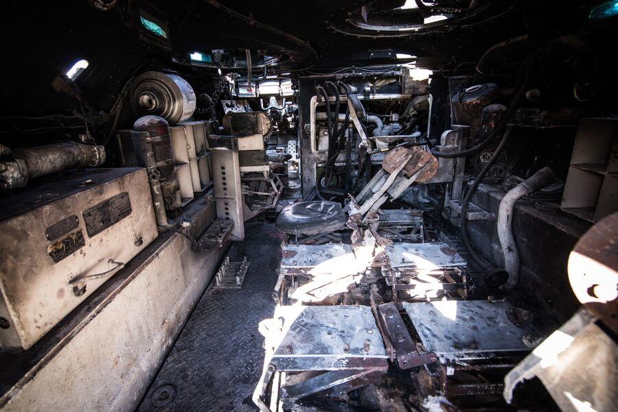 Интерьер сгоревшей БМП