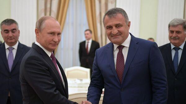 Владимир Путин и президент Республики Южная Осетия Анатолий Бибилов во время встречи. 24 августа 2018