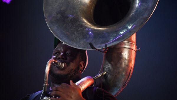 Участник Rebirth Brass Band во время выступления на 16-м международном музыкальном фестивале Koktebel Jazz Party