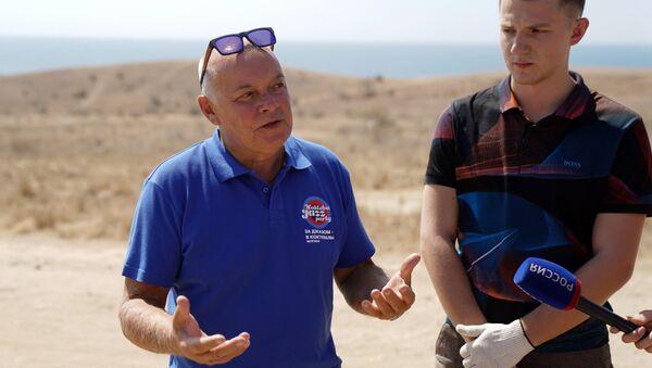 Генеральный директор МИА Россия сегодня Дмитрий Киселев отвечает на вопросы журналистов во время уборки бухты Тихая в Коктебеле. 25 августа 2018