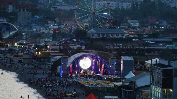 Берег Коктебеля, где расположена главная сцена  международного музыкального фестиваля Koktebel Jazz Party