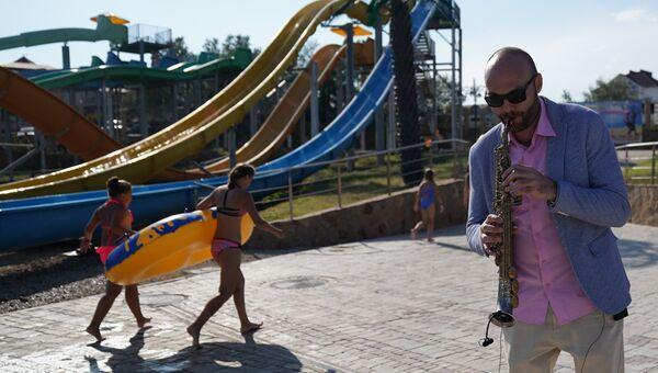 Музыкант-саксофонист Сергей Головня выступает на 16-м международном музыкальном фестивале Koktebel Jazz Party