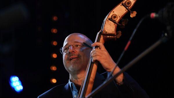 Музыкант американского коллектива New York All Stars Бен Вольф выступает на 16-м международном музыкальном фестивале Koktebel Jazz Party