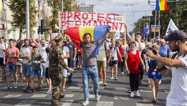 Участники акции протеста, требующие отставки правительства, в Кишиневе. 26 августа 2018