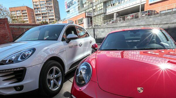 Автомобили Porsche Carrera 4s и Porsche Macan московского сервиса каршеринга Яндекс.Драйв