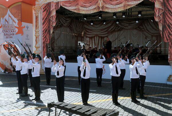 Участники екатеринбургского детского эстрадно-духового оркестра Центр дополнительного образования Социум выступают на фестивале Спасская башня детям на Красной площади в Москве