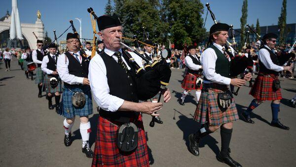 Международный кельтский оркестр волынок и барабанов на шествии участников международного военно-музыкального фестиваля Спасская башня на ВДНХ
