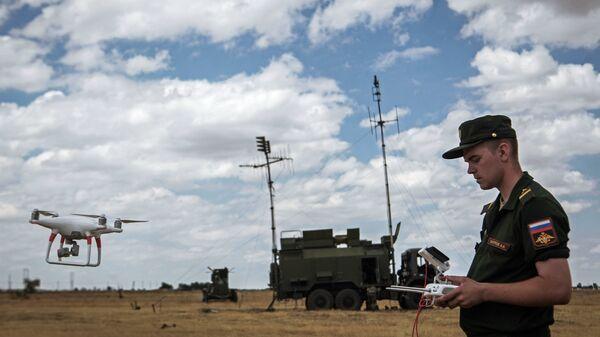 Военнослужащий управляет БПЛА на окружном этапе конкурса по полевой выучке среди подразделений радиоэлектронной борьбы ЮВО в Ставропольском крае