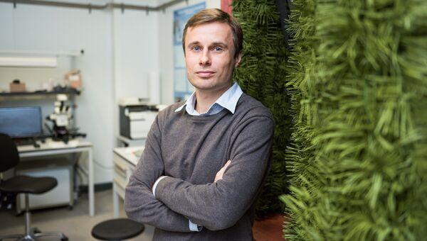 Научный сотрудник лаборатории сверхпроводящих метаматериалов НИТУ МИСиС, доцент, кандидат технических наук Алексей Башарин, один из авторов разработки модели нового метаматериала, маскирующего наносенсоры