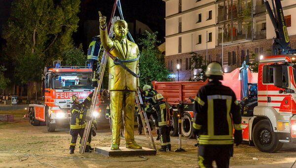 Демонтаж позолоченной статуи президента Турции Тайипа Эрдогана, Германия. 28 августа 2018