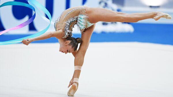 Российская гимнастка Александра Солдатова выполняет упражнения с лентой в квалификации индивидуального многоборья на этапе Кубка вызова-2018 в Казани