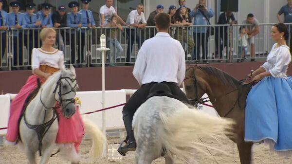 Опасные конные трюки и вальс на лошадях на фестивале Спасская башня