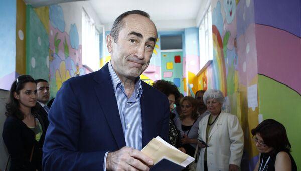 Бывший президент Армении Роберт Кочарян на одном из избирательных участков в Ереване