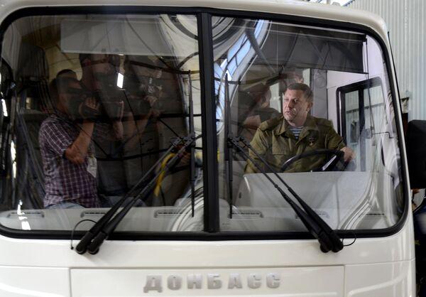 Глава Донецкой народной республики Александр Захарченко (справа) на государственном предприятии Донецкгормаш, где организован начальный этап крупноузловой сборки автобусов