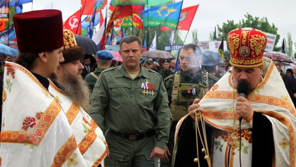 Глава Донецкой народной республики Александр Захарченко (в центре) во время акций памяти, посвященных Дню Победы, на Саур-Могиле в Донецкой области